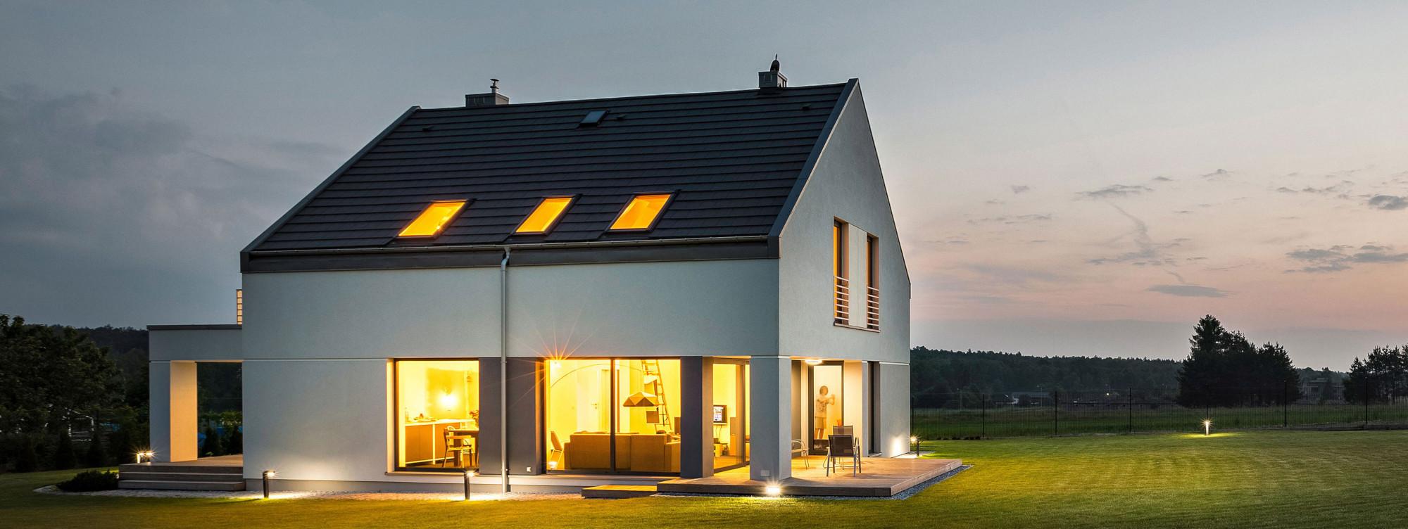 Haus mit Licht in der Abdenddämmerung