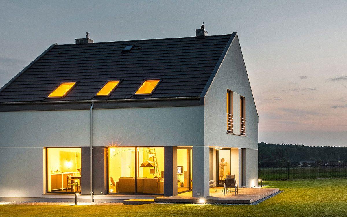 Haus mit Licht auf freier Wiese