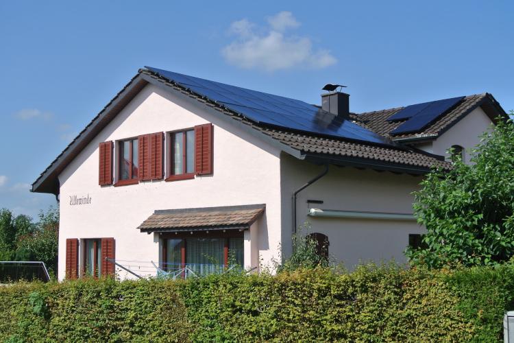 Aufdach Photovoltaikanlage von unten fotographiert