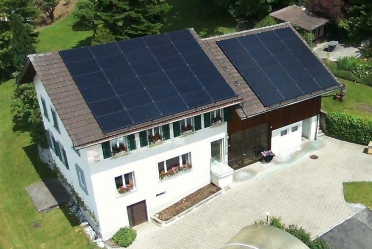 PV-Anlage auf zwei Dächer