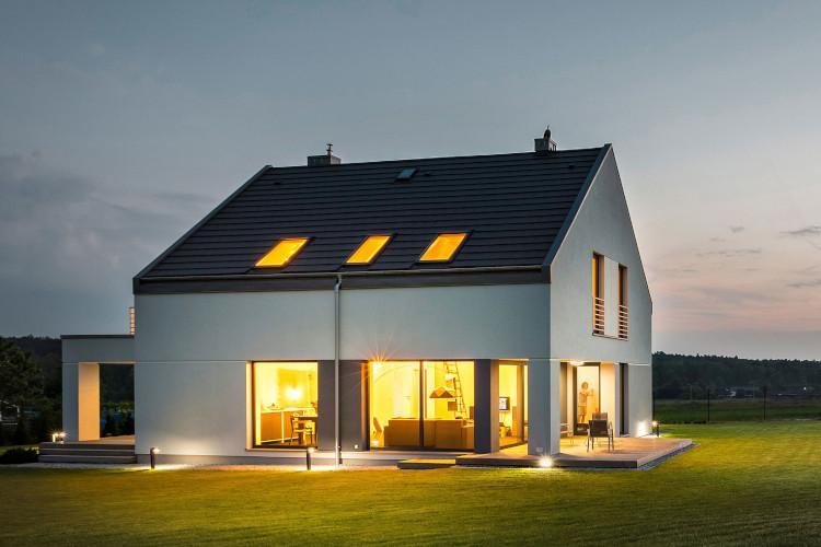 Haus in der Nacht mit Licht