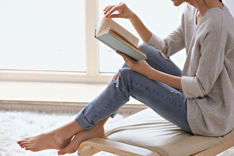 Frau am Buch lesen